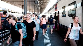 Dichtestress am Bahnhof Aarau: Die Zuwanderung nimmt weniger stark zu als erwartet. Mario Heller