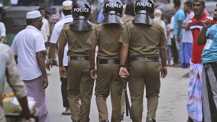 Die Polizei in Sri Lanka durchkrempelt das gesamte Land nach den Selbstmordanschlägen mit mehr als 250 Toten vor wenigen Tagen - dabei gab es am Samstag mehrere Explosionen in einem Extremistenversteck.