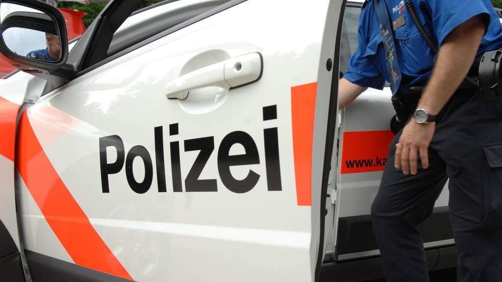 Der Mann ist 37 Jahre alt und sitzt jetzt auf dem Polizeiposten zur Untersuchung ein.