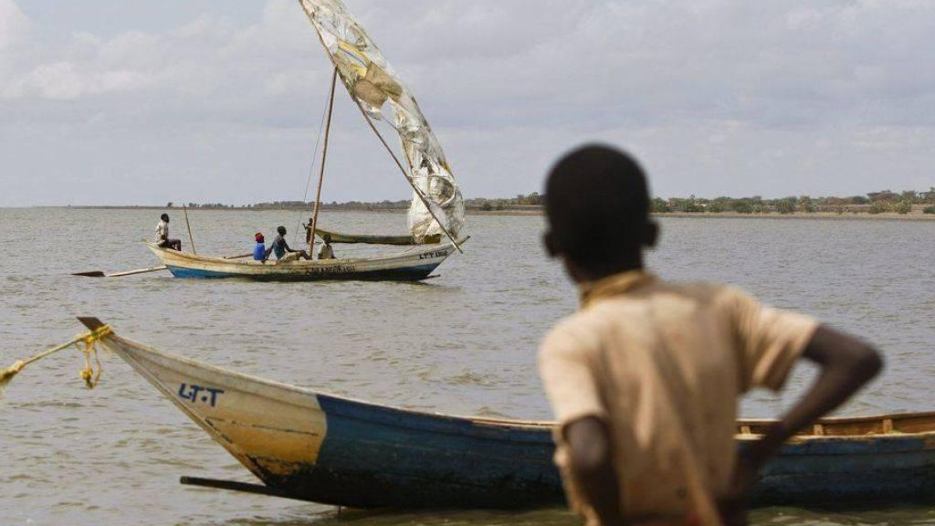 Ein Junge wartet auf die Rückkehr eines Fischerbootes auf dem Turkanasee in Kenia. Die Nationalparks am See wurden auf die Liste des gefährdeten Welterbes der Unesco aufgenommen. (Archivbild)