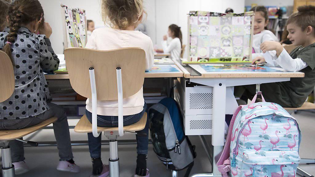 Die Walliser Schülerinnen und Schüler der ersten Primarschulklassen sollen etwas weniger Freizeit haben und mehr zur Schule gehen. (Symbolbild).