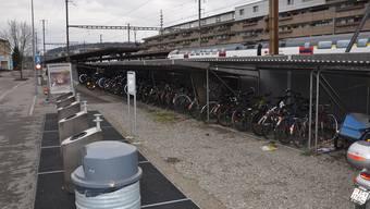 Hinter dem Bahnhof Dietikon fehlt es an Infrastruktur wie Billettautomaten. Bis im Mai wird zumindest der Velounterstand erweitert.