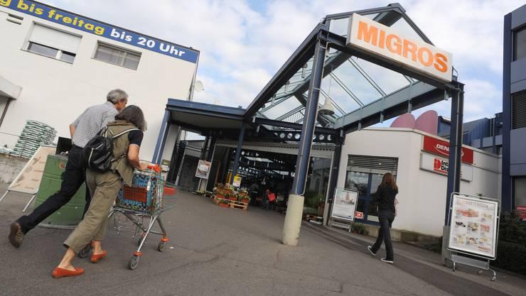 Bald noch grösser: Die Migros Mühlematt in Oberwil soll über die Fläche des heutigen Parkplatzes ausgebaut werden – das kommt einer Verdoppelung gleich. (Bild: Juri Junkov)