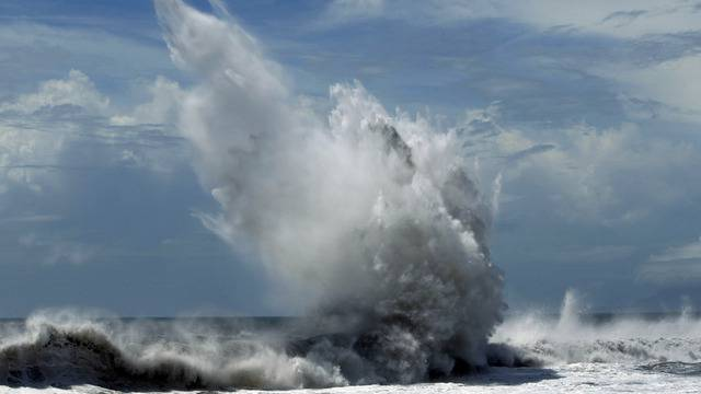 """Vorboten des Taifunes """"Tembin"""" bei der Ortschaft Illan an der Küste Taiwans"""