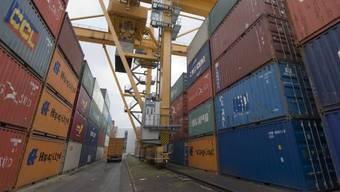 Container im Rheinhafen in Kleinhüningen. (Archiv)