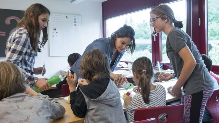 Silvia Meier Jauch will den Kindern auch ausserhalb der Schulstunden etwas bieten. Inzwischen sind drei von vier Erstklässlern und Kindergärtnern in ihren Lexikonstunden. (Fotos von Alex Spichale)