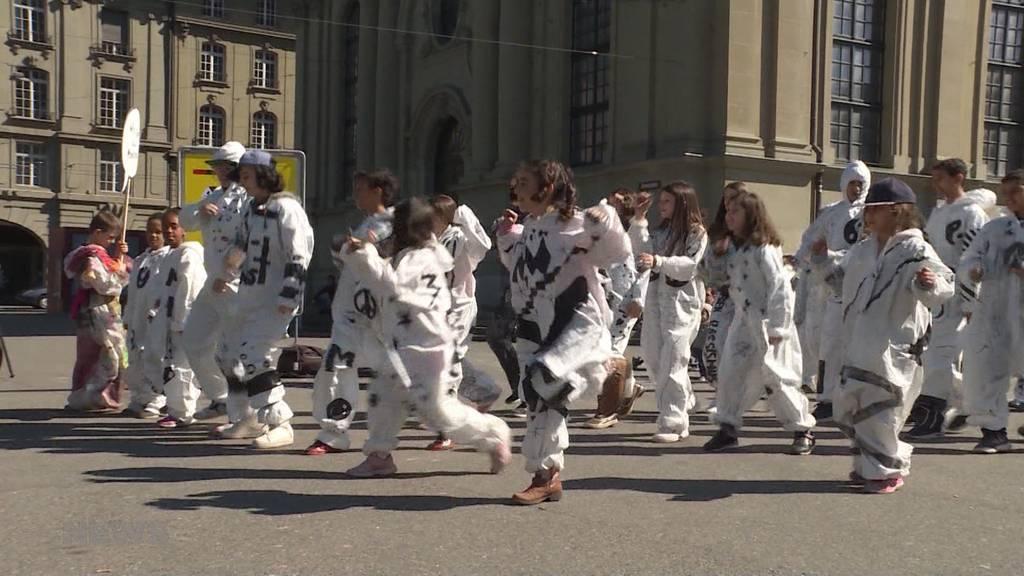 Kinder tanzen gegen Rassismus