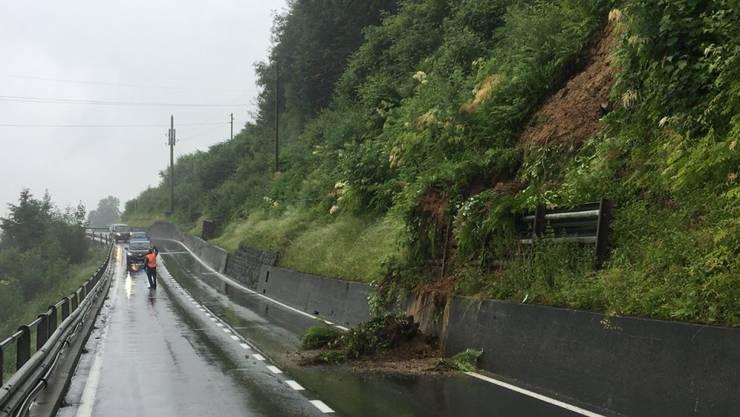 Ein Erdrutsch sorgte auf der Strasse zwischen Kriens und Malters für Verkehrsbehinderungen.