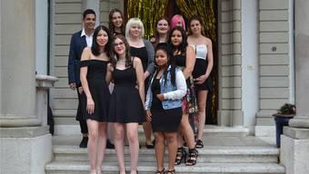 Die zehn jungen Menschen erhielten Lob für ihren Abschluss.