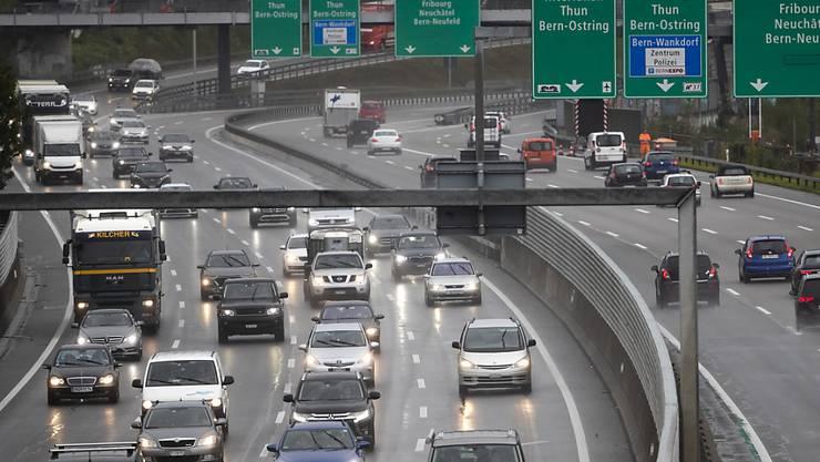 Reifenabrieb landet vor allem abseits der Strasse in Böden und unter Umständen auch in Gewässern. (Archivbild)