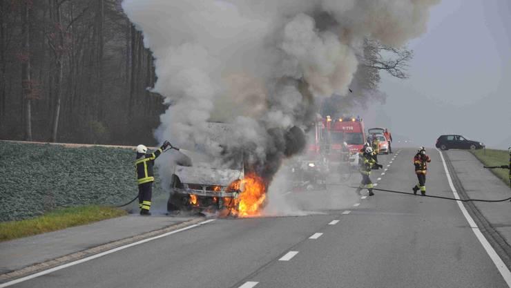 Wegen eines technischen Defekts fing am Samstagmorgen auf der Oltenstrasse zwischen Oberbuchsiten und Oensingen ein Lieferwagen an zu brennen.