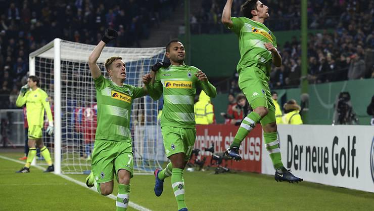 Gladbacher Jubel mit Patrick Hermann und den Penalty-Torschützen Raffael und Lars Stindl (von links)
