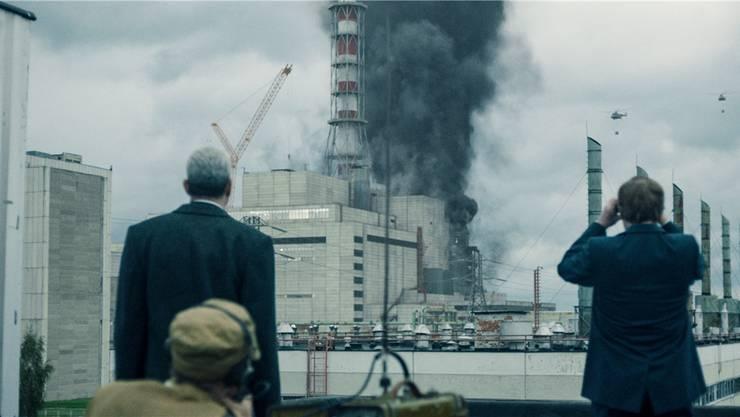 Rauchschwaden über dem explodierten Reaktorblock 4 in Tschernobyl. HBO/Sky