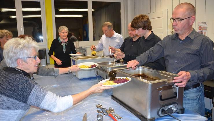 Viele helfende Hände sorgen dafür, dass die Speisen warm genossen werden können.