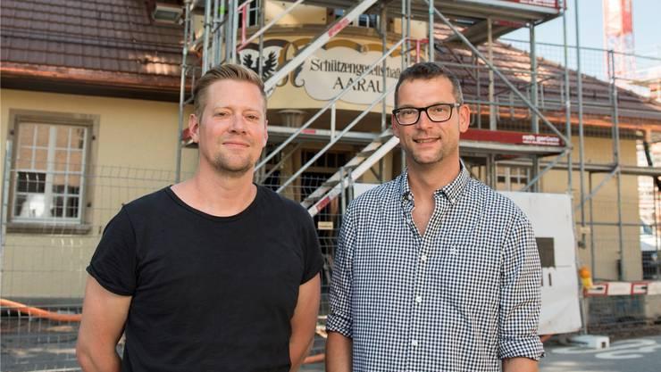 Raoul Niederreuther und Christian Senn (r.). vor dem Schützenhaus.