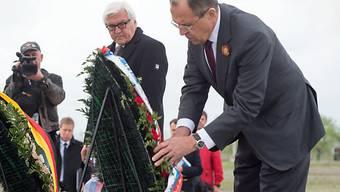 Frank-Walter Steinmeier und Sergej Lawrow (r.) gedenken der Opfer