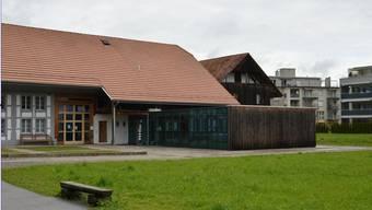 Die Bibliothek (Flachdach-Anbau Mitte) wird an der Holzfassade um 70 Quadratmeter erweitert