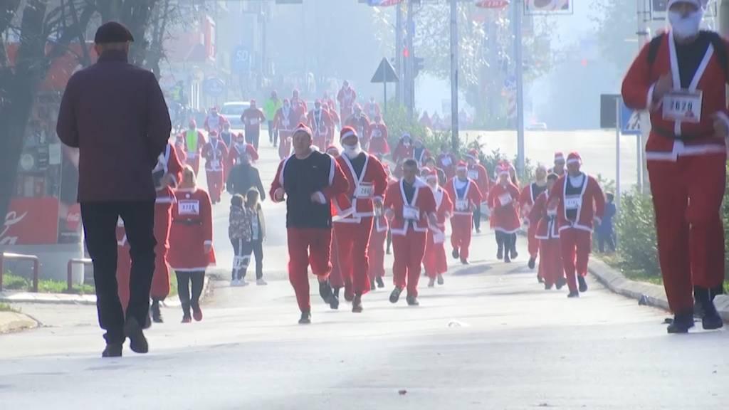 Chlauslauf in Kosovo: 2'000 Weihnachtsmenschen rennen durch die Stadt