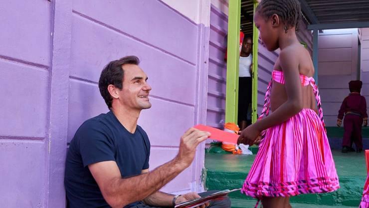 Roger Federer beim Besuch einer Kindertagesstätte.