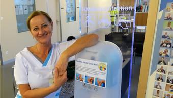 Petra Handler, Leiterin Spitalhygiene, bei der Desinfektions-Sprühsäule beim Eingang: «Die Besucherinnen und Besucher nutzen sie gut.»Eddy Schambron