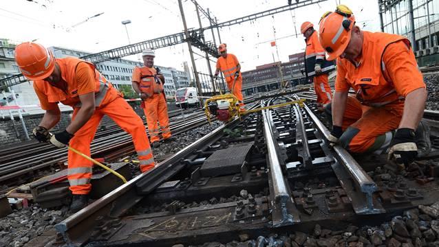 Auf der SBB-Strecke werden Betonschwellen, Schotter und Schienen ersetzt.