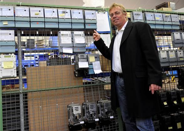 SWG-Direktor Per Just zeigt, welche Stromzähler-Modelle ersetzt werden.