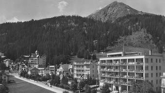 Am 15. November 1922 wurde das Lungensanatorium Sanitas in Davos eröffnet. Auf den sonnenbeschienenen Balkonen konnten sich die Lungenkranken erholen.  HO