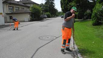 Alles Handarbeit: Die Stadtbauamts-Mitarbeiter Urs Grütter (rechts) und Giuseppe Onorate jäten auf der Freiestrasse.