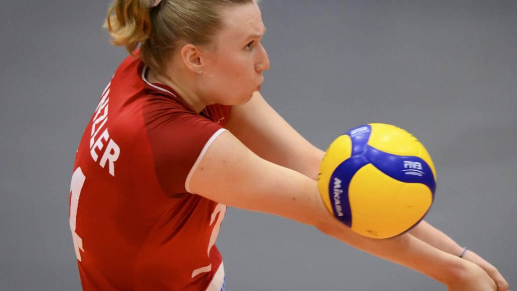 Die Schweizer Volleyballerinnen um Captain Laura Künzler verabschiedeten sich mit einer Niederlage gegen Italien von der EM (Archivbild)