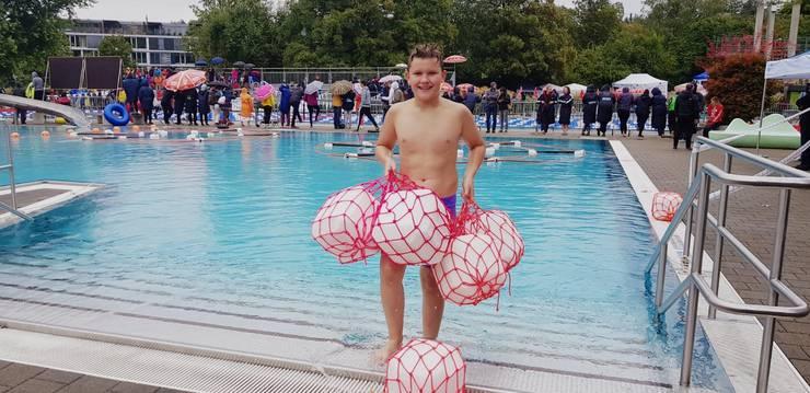 Als jüngster Teilnehmer an der SM erntete Finn Tiefenbacher auch viel Zuspruch und Lob vom Publikum und den Wettkampfrichtern. Freiwillig fischte er trotz 16 Grad für die Herren die Rettungswürfel  aus dem Wasser!