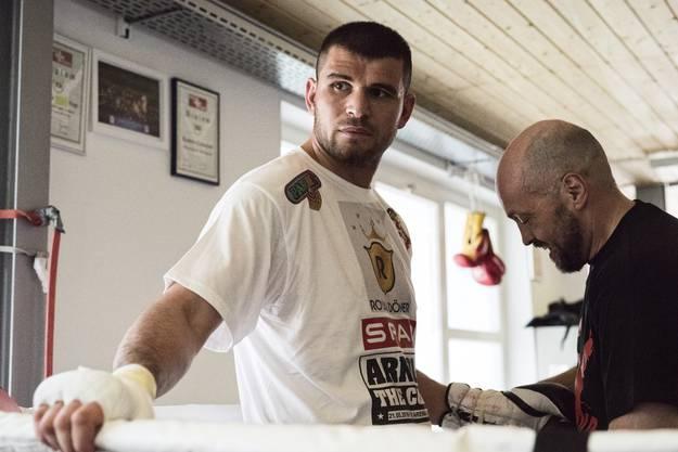 Trainer Angelo Gallina präpariert die Hände von Gjergjaj.