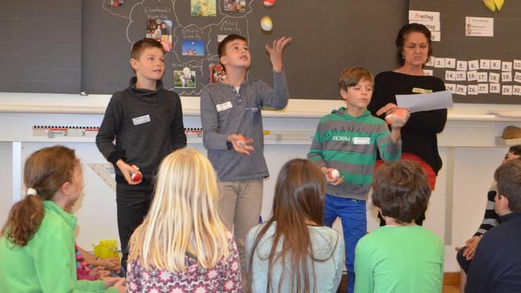 Tim, Edon und Emanuel (von links) mit Lehrerin Jeanette Denz. Sie steigen mit einer Jongliervorführung in den Unterricht ein.