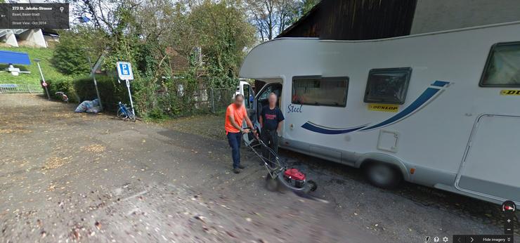 Aus unerklärlichen Gründen war dieser Herr beim Vorbeifahren des Google-Fahrzeugs gerade mit einem Rasenmäher auf der St. Jakobs-Strasse unterwegs.