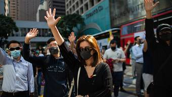 Hunderte Menschen schlossen sich in Hongkong einem spontanen Protestmarsch gegen Polizeigewalt an.
