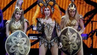Cher (Mitte), hier an einer Performance Ende September im australischen Newcastle, weiss, was die Seele jung hält. (Archiv)