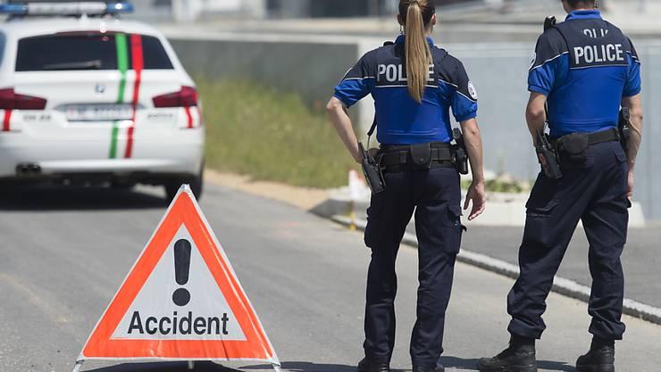 Die Neuenburger Kantonspolizei sperrte die Strasse, auf der der Unfall passierte, für mehr als sieben Stunden. (Symbolbild)