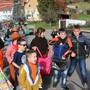 Im Mettauertaler Ortsteil Wil schrien die Kinder am Montagmorgen aus vollen Kehlen, damit die Süssigkeiten flogen.
