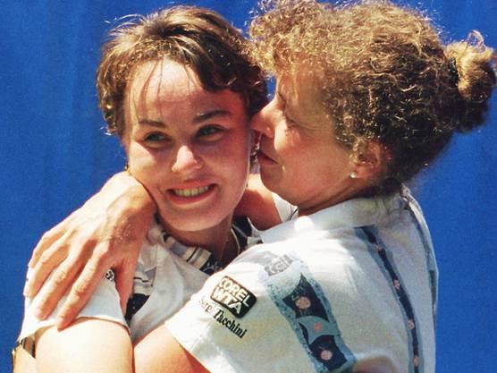 Im Final der Australian Open schlug sie die Französin Mary Pierce mit 6:2, 6:2. Rechts ihre Mutter Melanie Molitor. Hingis gewinnt in ihrer Einzel-Karriere dreimal die Australian Open, je einmal Wimbledon und die US Open, holt sich also fünf Grand-Slam-Titel.