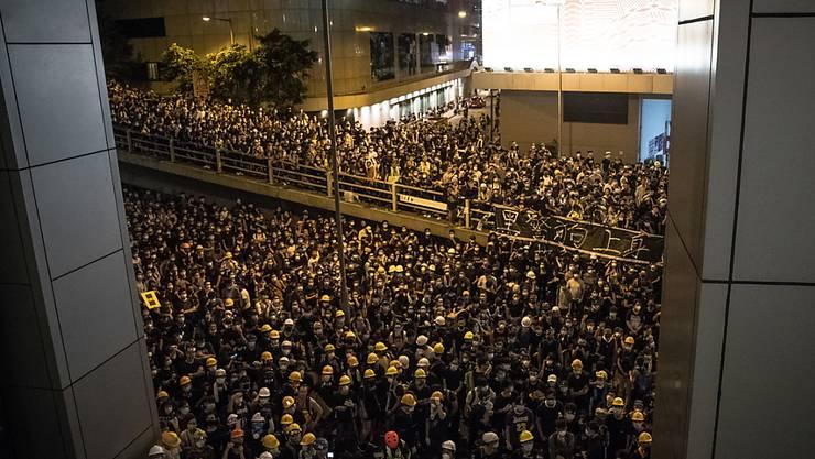 Proteste: Zahlreiche Demonstranten versammelten sich unter anderem vor dem Polizeihauptquartier in Hongkong.