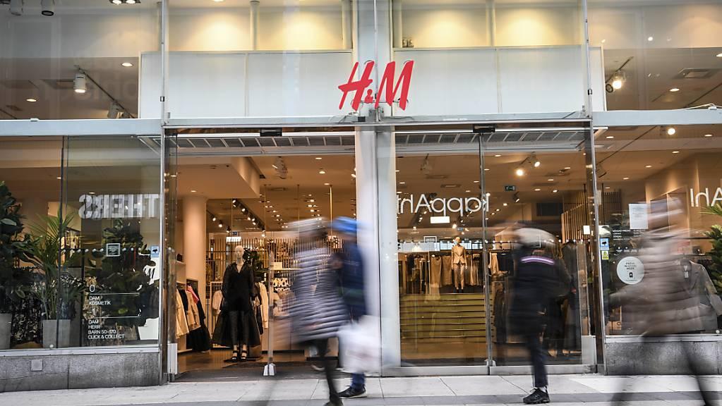 Mit der Abschwächung der Massnahmen gegen die Coronapandemie wagen sich die Shopping-Fans wieder in die Kleiderläden: H&M hat seinen Gewinn im dritten Quartal mehr als verdoppelt. (Archivbild)