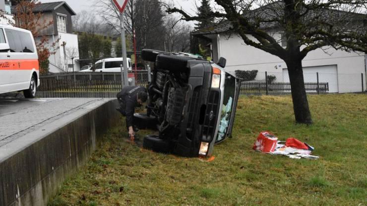 """Betrunken und """"unter diversen"""" Gegenständen eingeklemmt war der Lenker dieses Wagens, der in Triesen FL umkippte."""