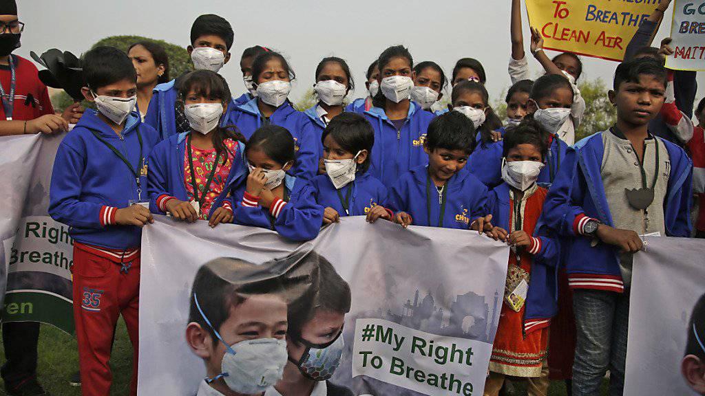 Schülerinnen und Schüler in Delhi demonstrieren für eine bessere Luft.