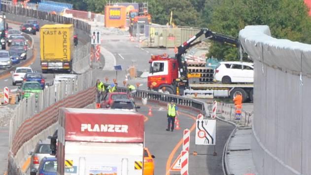 Polizisten räumen die Unfallstelle bei Lenzburg