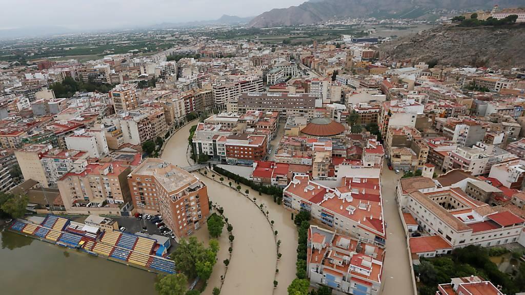 Orihuela in der ostspanischen Provinz Alicante steht nach heftigen Herbstunwettern unter Wasser.
