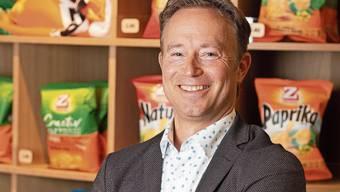Christoph Zweifel am Hauptfabrikationsstandort in Spreitenbach vor den zahlreichen Chipssorten.