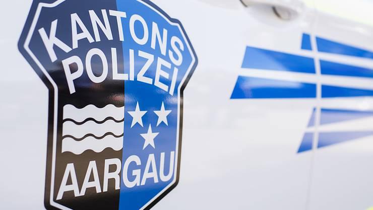 Die Kantonspolizei Aargau sucht nach der Streifkollsion. (Symbolbild)