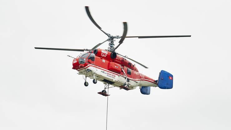 Der Helikopter vom Typ Kamov KA 32 A12 mit seinem auffälligen Doppelrotorsystem näherte sich wie angekündigt pünktlich um 14.15 Uhr dem Spital.