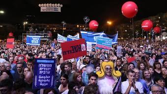 30000 Israeli versammelten sich am Samstag zu Ehren des 1995 ermordeten Premierministers Izchak Rabin in Tel Aviv.Bild: Abir Sultan/EPA