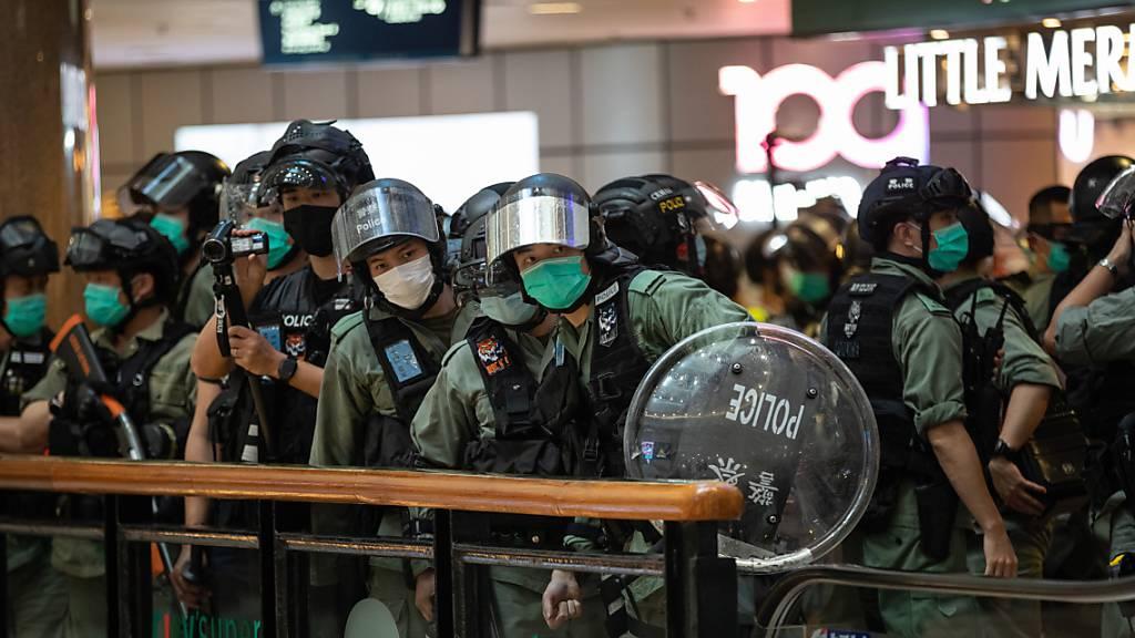 Polizei setzt mehr als 200 Demonstranten in Hongkong fest