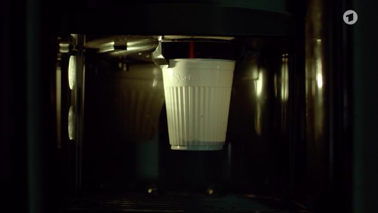 Realitätsnah: Die Kaffeemaschine in den Räumlichkeiten der Luzerner Polizei. (Screenshot ARD)